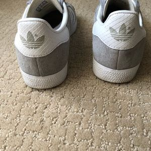 Adidas zapatos gacelas en gris claro poshmark